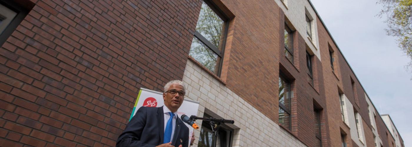Der Bonner OB Ashok Sridharan redet bei der Einweihung eines neuen Wohnheims