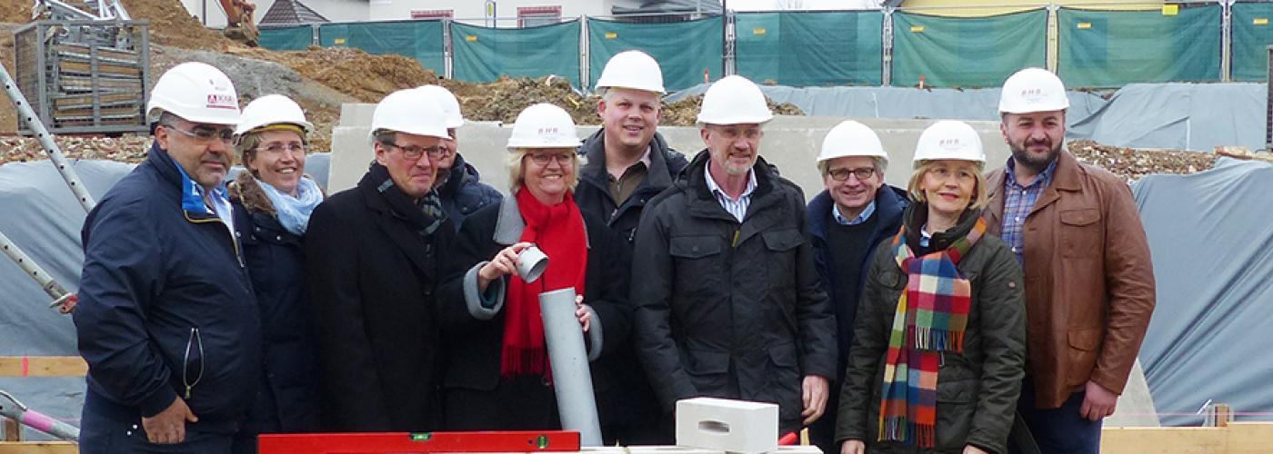 Geschäftsführerin Sigrid Schreiber verschließt die Patrone mit Bauplan, Tageszeitungen und Kleingeld